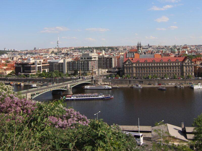 Prag Yollarından Aştım da Geldim, Boyunu Boyuma Ölçtüm de Geldim…